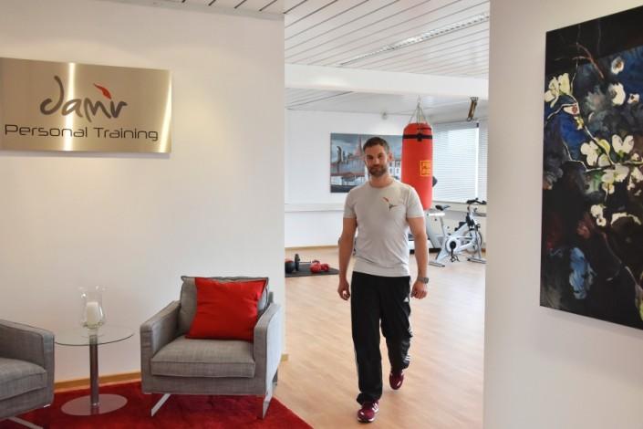 Personal Training Damir Studio Blick von Eingangsbereich auf Trainingsflaeche